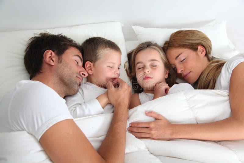 El dormir de la familia imagen de archivo