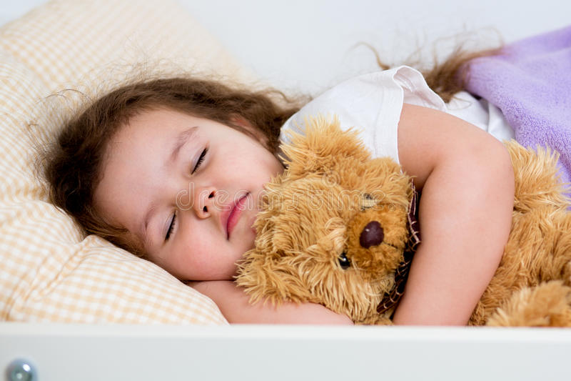El dormir de la muchacha del niño fotografía de archivo