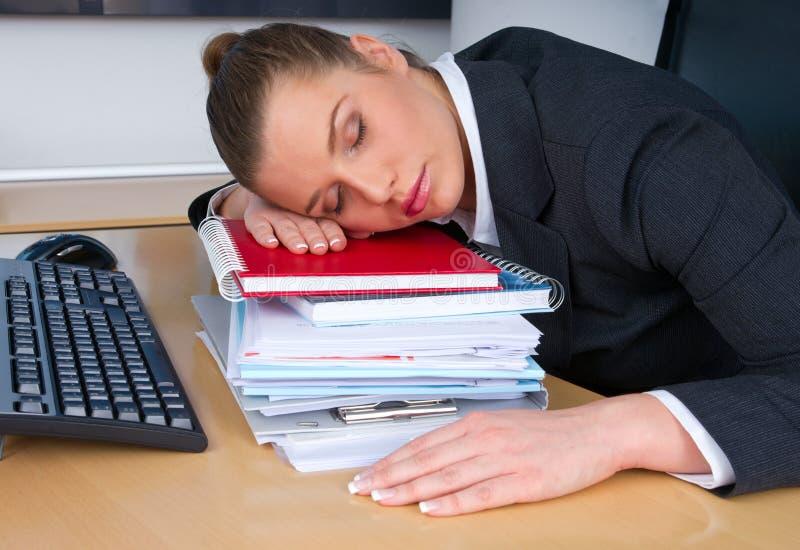 El dormir de la mujer de negocios fotos de archivo libres de regalías