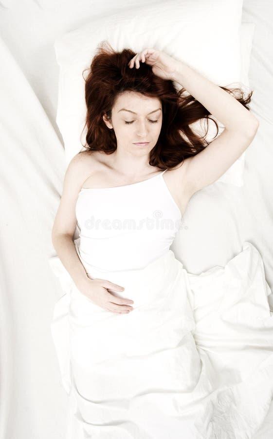 El dormir de la mujer joven foto de archivo libre de regalías