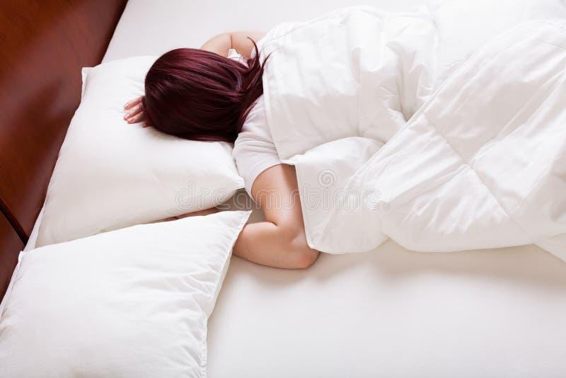 El dormir de la mujer joven imágenes de archivo libres de regalías