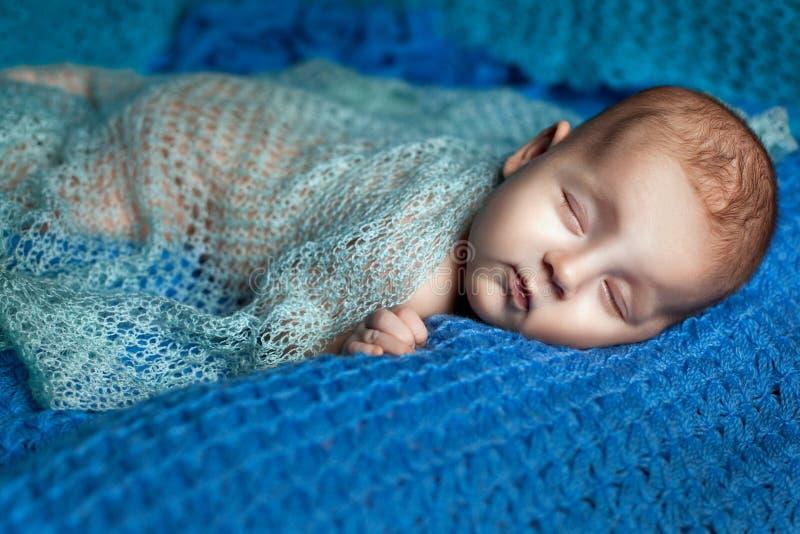 El dormir de la niña pequeña fotos de archivo