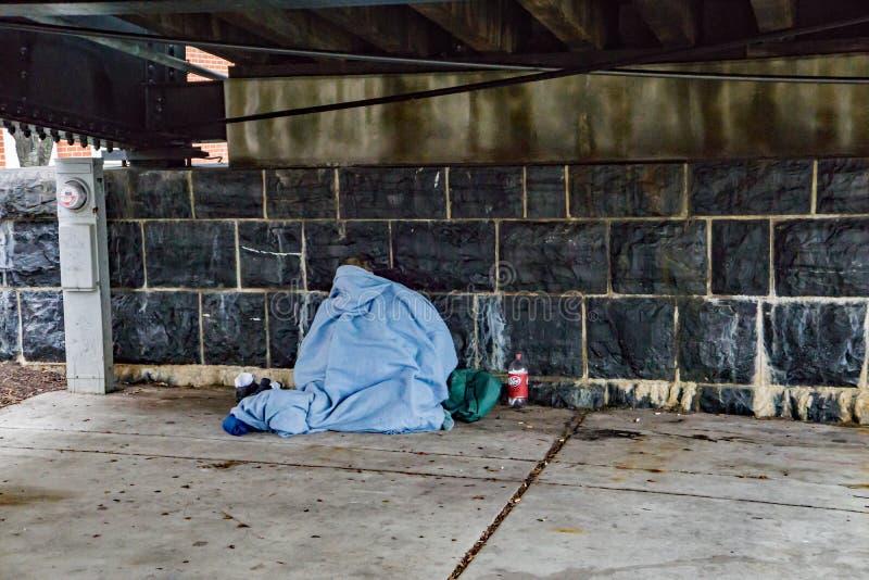 El dormir de la persona sin hogar foto de archivo