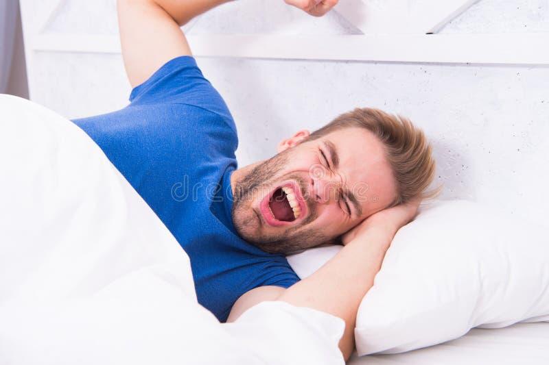 El dormir de las extremidades mejor Consiga a bastante cantidad de sueño cada noche Cara barbuda el dormir del hombre que se rela imágenes de archivo libres de regalías