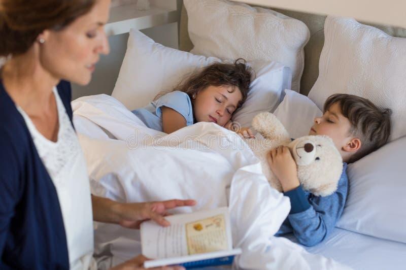 El dormir de los niños fotografía de archivo