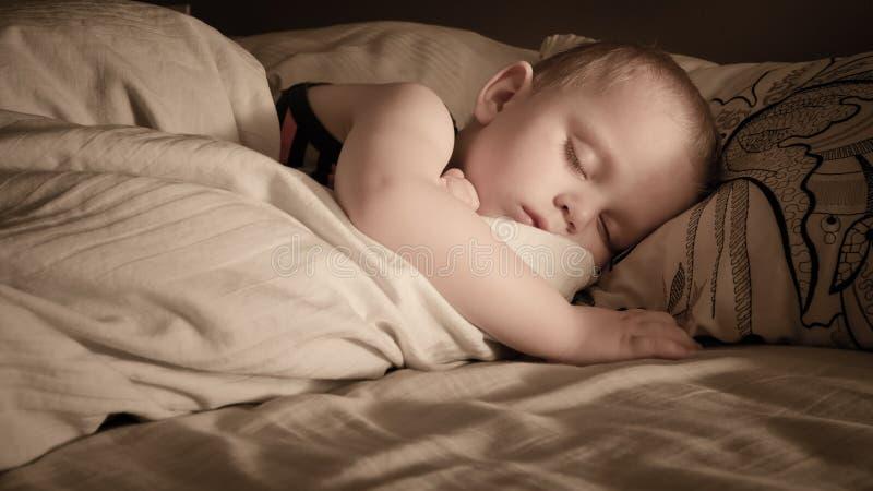 El dormir del muchacho imagenes de archivo