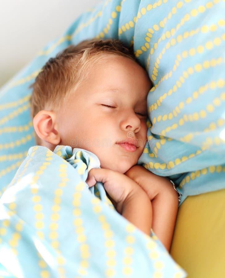 El dormir del niño pequeño fotografía de archivo