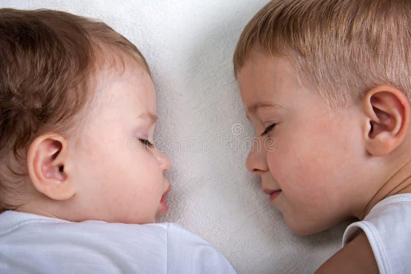 El dormir del pequeño niño imagenes de archivo