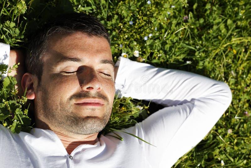 El dormir en la hierba fotos de archivo libres de regalías