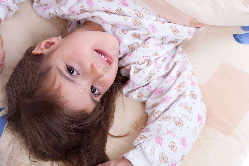 El dormir feliz dulce de la niña imagenes de archivo