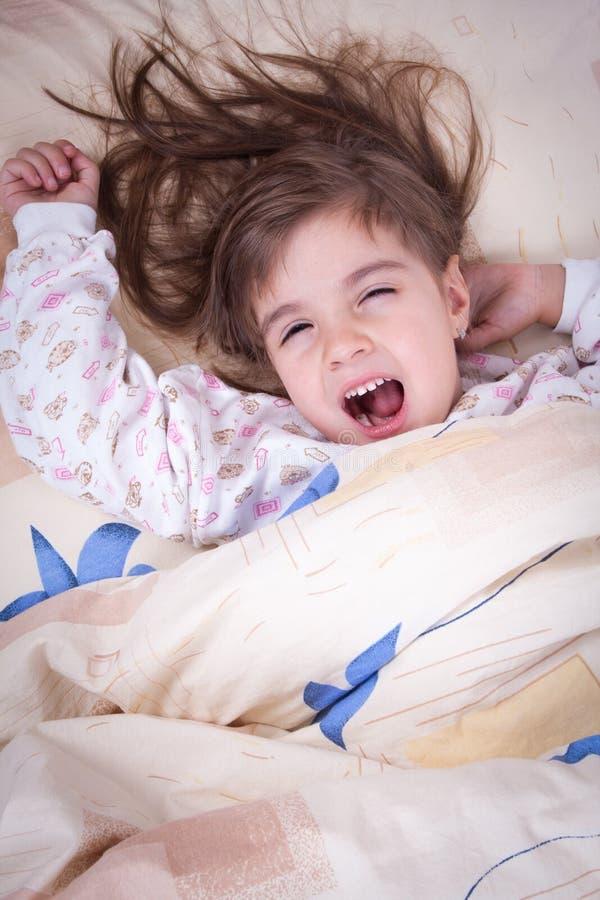 El dormir feliz dulce de la niña foto de archivo libre de regalías
