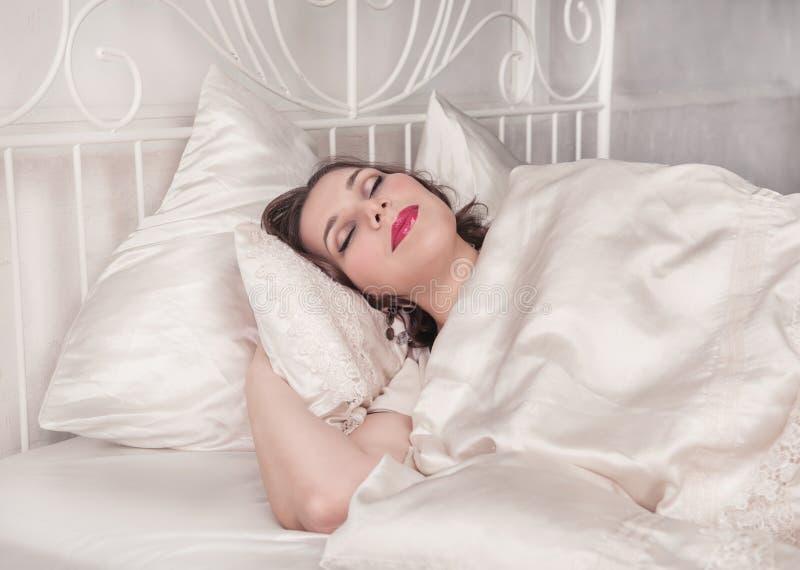 El dormir hermoso de la mujer del tamaño extra grande fotos de archivo libres de regalías