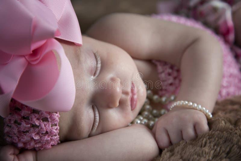 El dormir hermoso de la niña fotos de archivo
