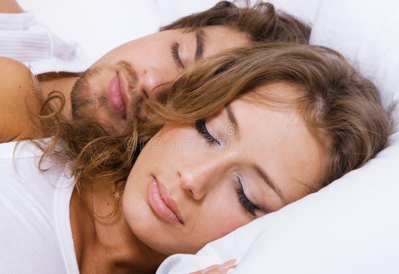 El dormir hermoso joven de los pares fotografía de archivo