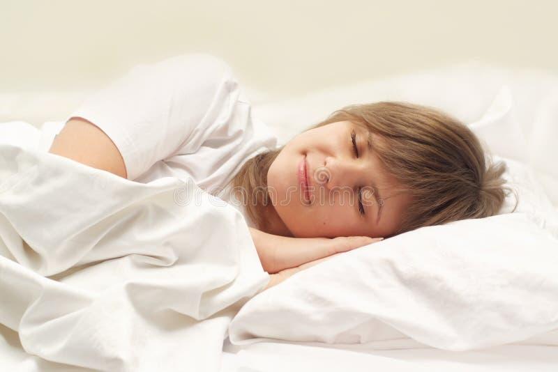 El dormir lindo de la muchacha fotos de archivo libres de regalías