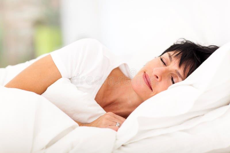 El dormir maduro de la mujer fotografía de archivo libre de regalías