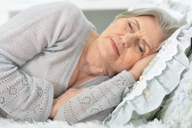 El dormir mayor hermoso de la mujer fotos de archivo