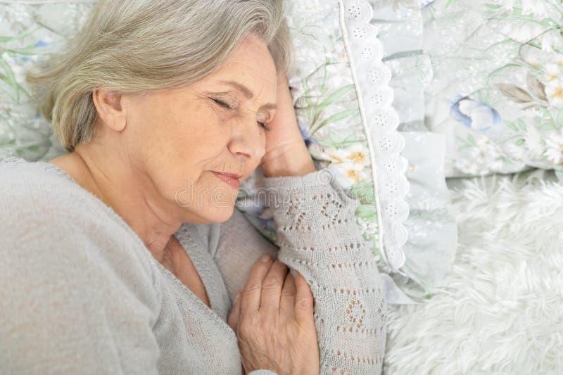 El dormir mayor hermoso de la mujer fotografía de archivo libre de regalías