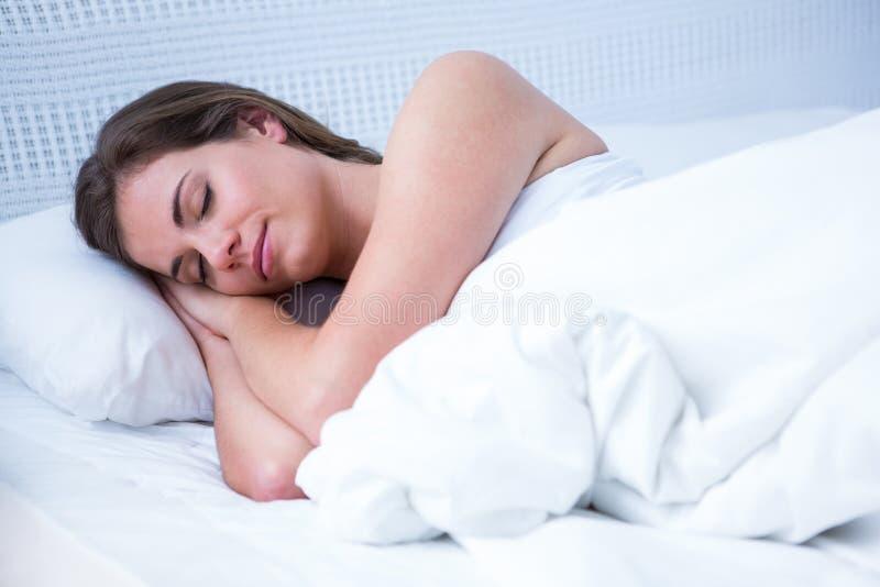 El dormir pacífico de la mujer fotografía de archivo