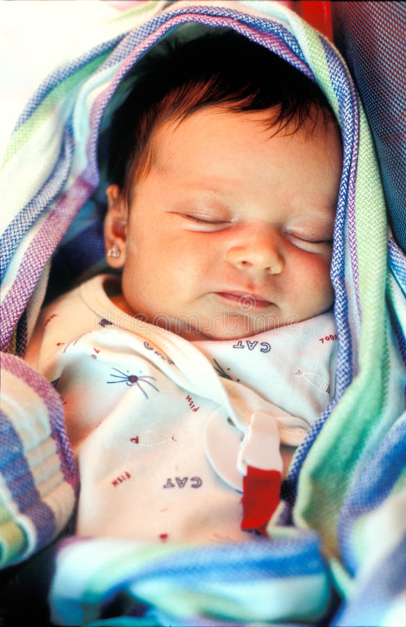 El dormir recién nacido del bebé fotografía de archivo libre de regalías
