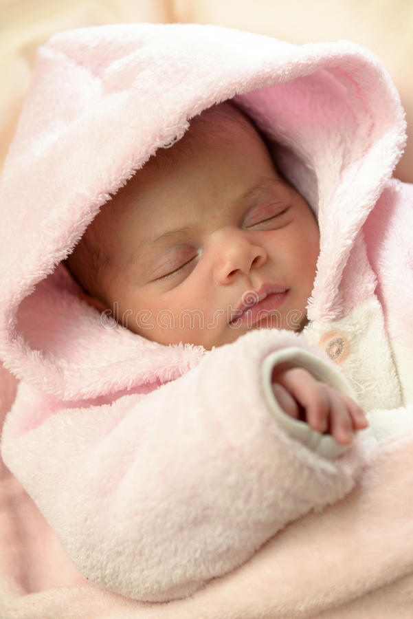 El dormir recién nacido del bebé fotos de archivo libres de regalías