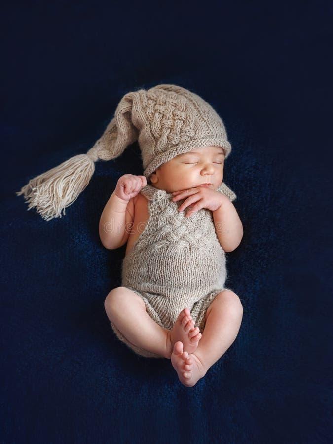 El Dormir Recien Nacido En Casquillo Y Pantalones Foto De Archivo Imagen De Sleeping Estudio 120480996