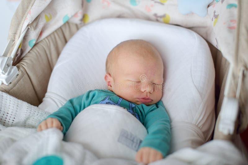 El dormir recién nacido en pesebre fotografía de archivo