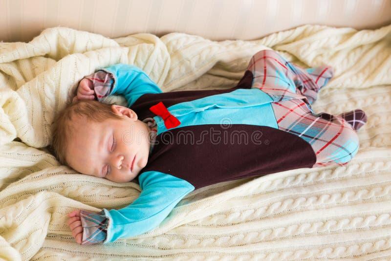 El dormir recién nacido lindo del bebé fotografía de archivo libre de regalías