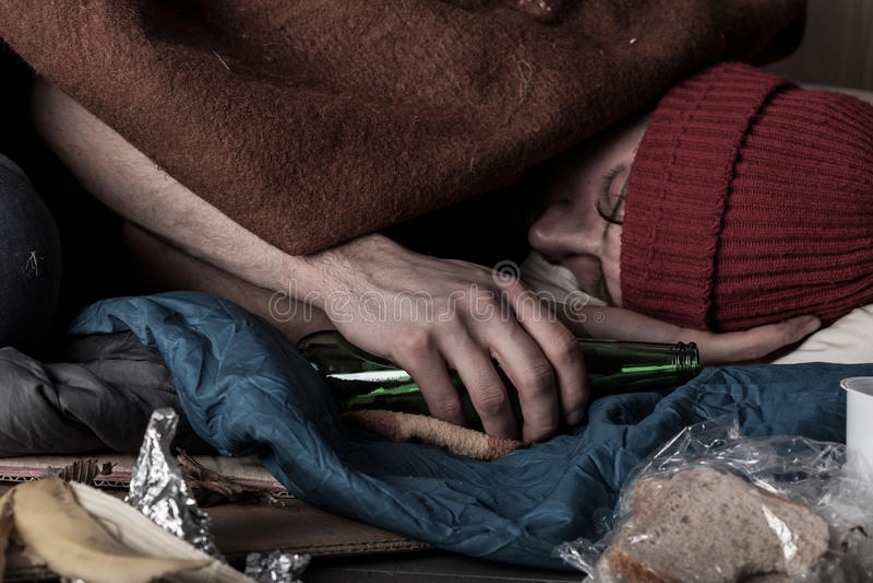 El dormir sin hogar borracho del hombre imagen de archivo