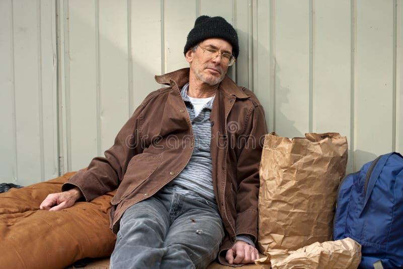 El dormir sin hogar del hombre foto de archivo