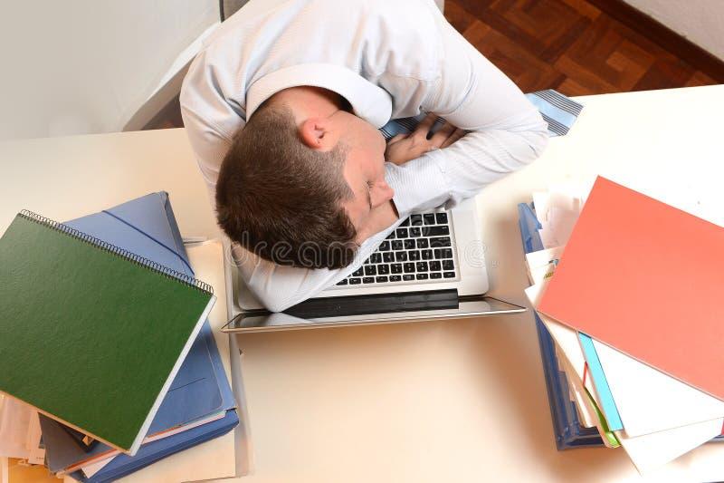 El dormir subrayado y con exceso de trabajo del hombre de negocios fotos de archivo libres de regalías