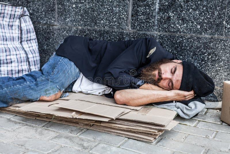 El dormir vagabundo afuera fotografía de archivo libre de regalías