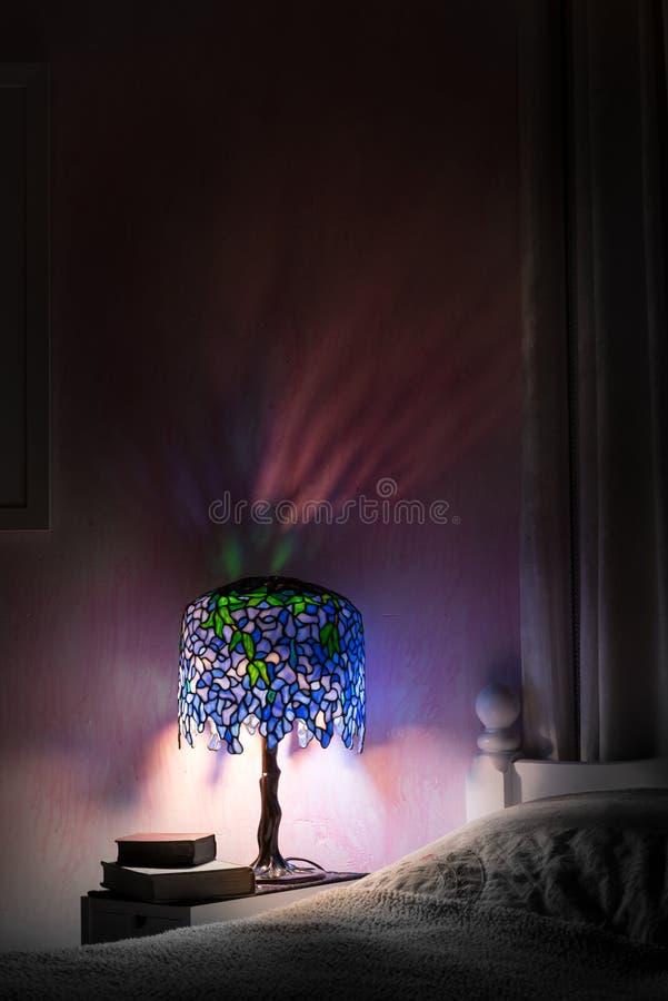 El dormitorio de la iluminación de la lámpara del vitral en la noche con bastante refleja fotografía de archivo