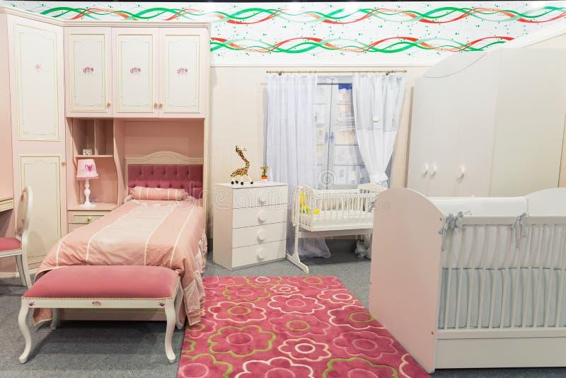 El dormitorio del bebé en colores en colores pastel imagen de archivo