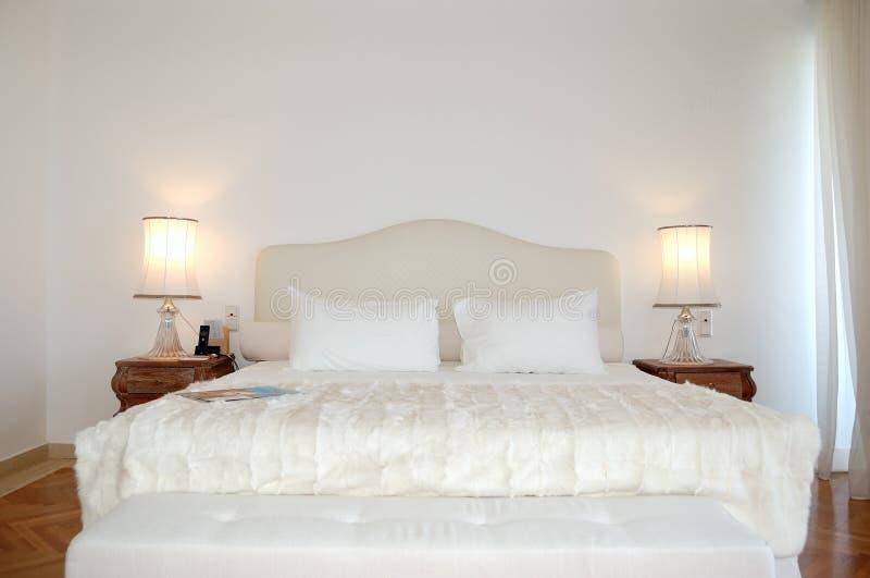 El dormitorio en el apartamento de lujo del hotel moderno foto de archivo