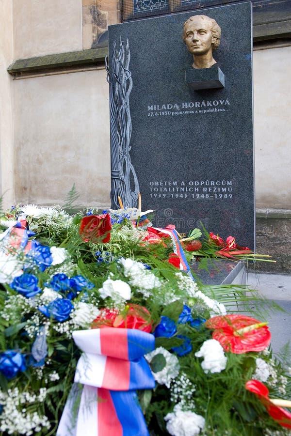 El Dr. Monumento de Milada Horakova en Slavin, cementerio nacional, Vyseh foto de archivo