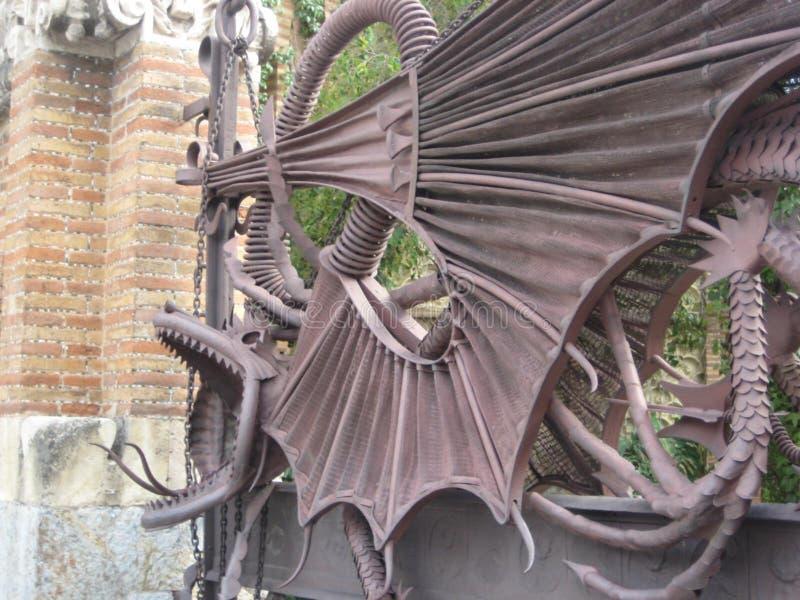 EL-drac-de-gaudi-en-pavellons-guell-hierro-dragón-puerta imagen de archivo