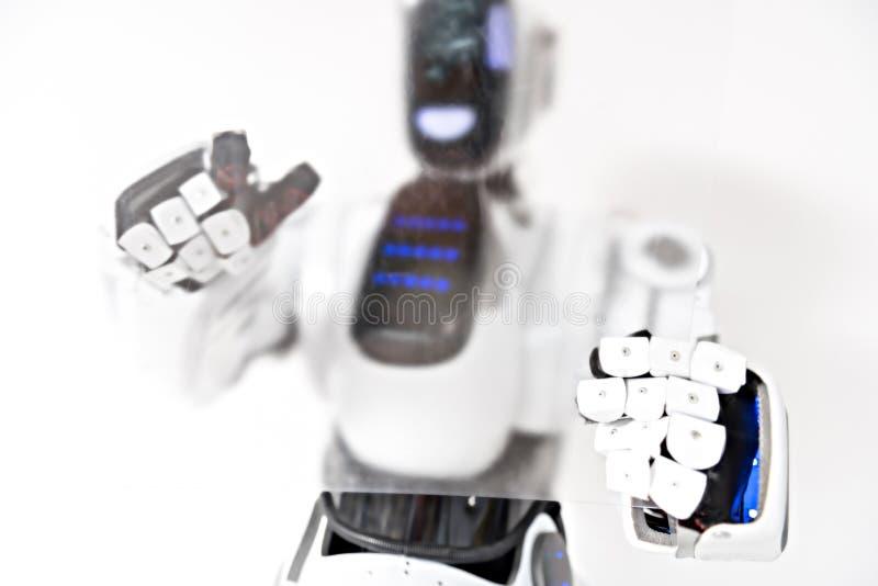 El droid responsable está trabajando con la tableta avanzada fotografía de archivo libre de regalías