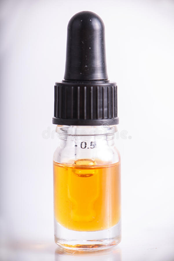 El dropper con el aceite de CBD, cáñamo vive extracción de la resina aislada imágenes de archivo libres de regalías
