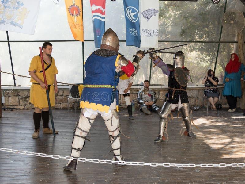 El duelo entre los caballeros - participantes de los caballeros del ` del festival del ` de Jerusalén en Jerusalén, Israel fotos de archivo
