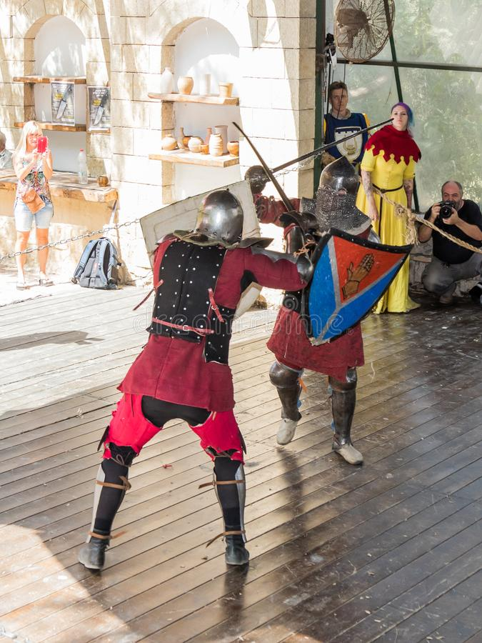 El duelo entre los caballeros - participantes de los caballeros del ` del festival del ` de Jerusalén en Jerusalén, Israel imagen de archivo libre de regalías