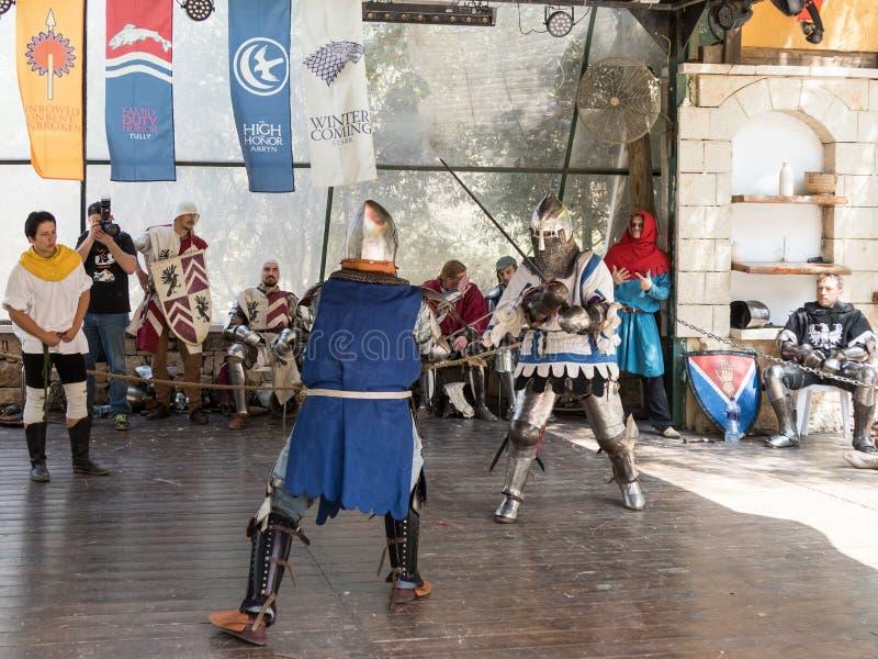 El duelo entre los caballeros - participantes de los caballeros del ` del festival del ` de Jerusalén en Jerusalén, Israel imagenes de archivo