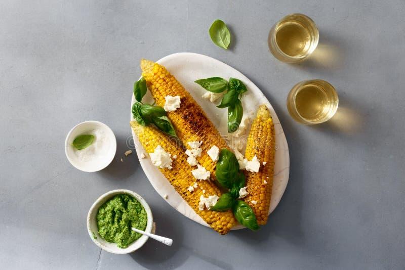 El dulce frió maíz con la salsa de la albahaca, queso feta, wine visión superior foto de archivo libre de regalías