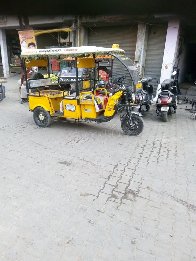 El e-rickshaw que funciona en India se encuentra en el mercado de verduras de Ghaziabad imagenes de archivo