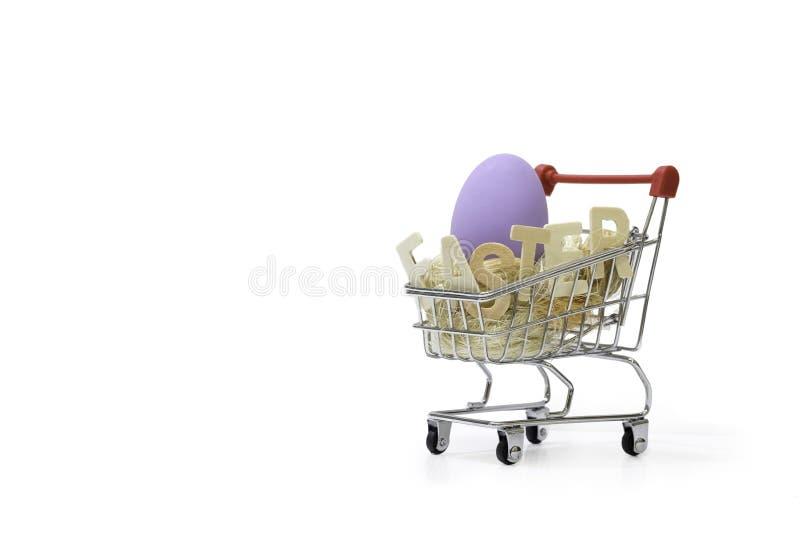 El eagg colorido de pascua en cestas del carro de la compra foto de archivo