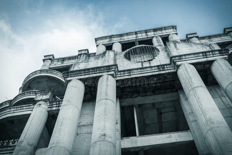 El edificio abandonado puede utilizar el fondo de la escena de la película de terror, punto bajo foto de archivo