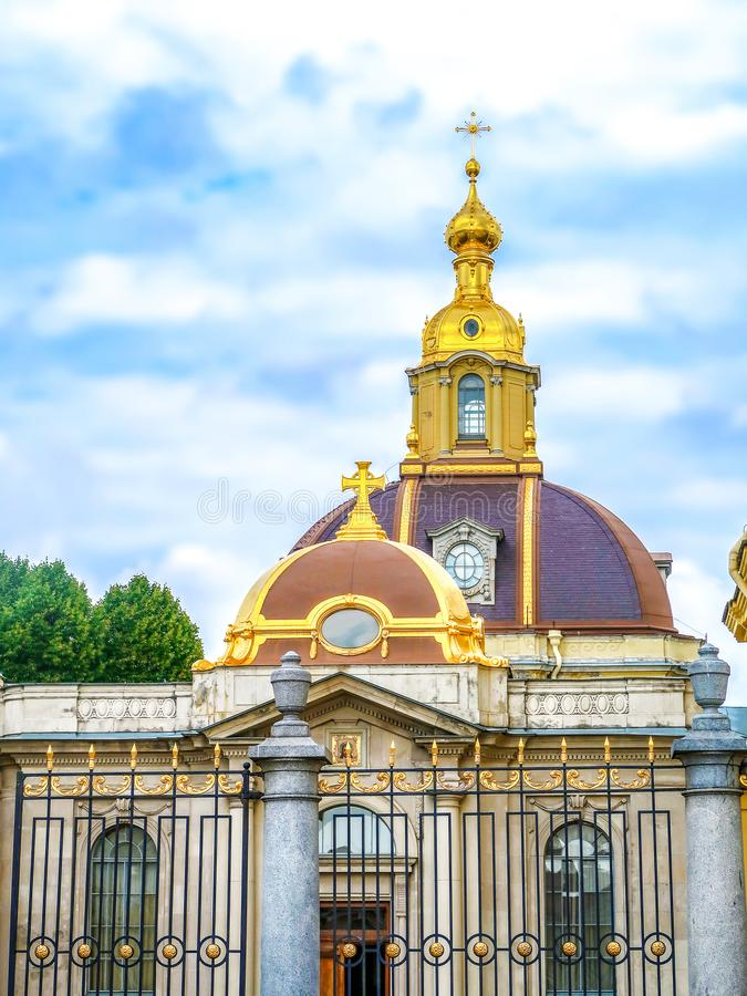 El edificio al lado de Peter y de Paul Cathedral, St Petersburg, Rusia foto de archivo libre de regalías