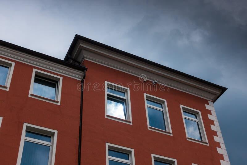 El edificio contra el cielo en la ciudad Minden, Alemania fotos de archivo