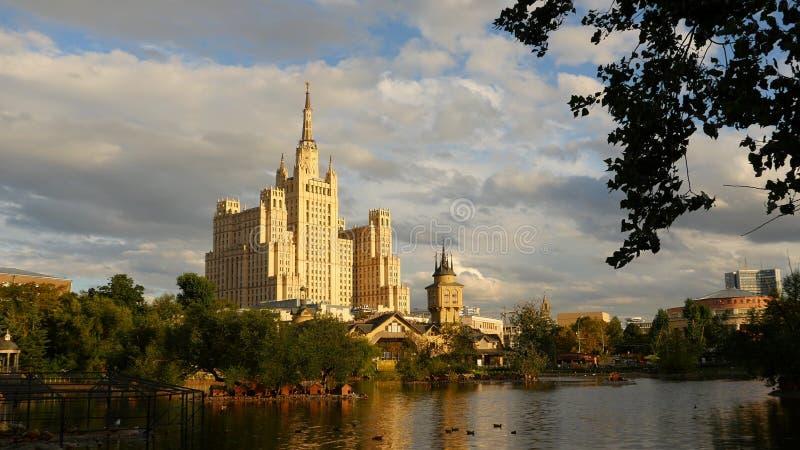 El edificio cuadrado de Kudrinskaya es uno de siete rascacielos estalinistas Contra el contexto el lago tarde fotografía de archivo libre de regalías