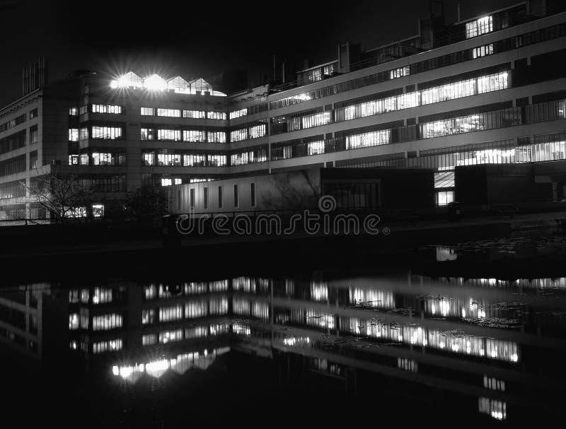 El edificio de COMUNIDAD EUROPEA Stoner de los a?os 60 en la universidad de Leeds en West Yorkshire Inglaterra reflej? en la char imagenes de archivo